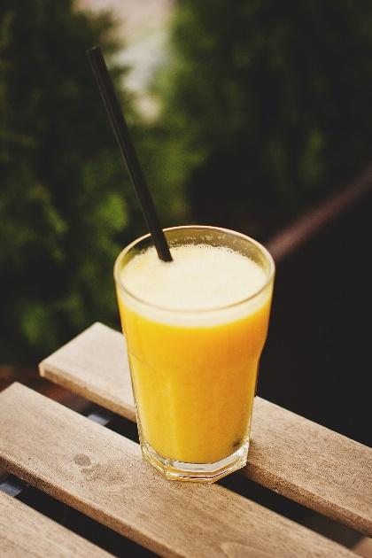 Smoothie à l'orange, la banane et la poire